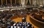 Assembleia da República aprova reposição dos feriados com abstenção da direita e 'sim' do Vaticano