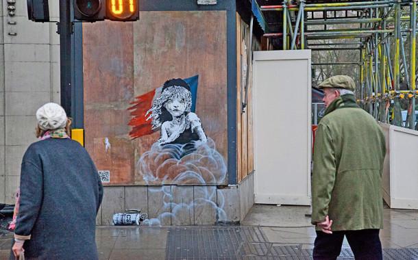 Banksy denuncia condições do acampamento de refugiados de Calais com mural junto à embaixada de França em Londres