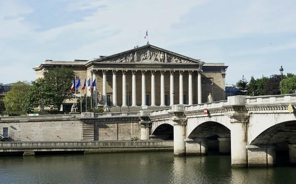 França aprova mudanças constitucionais sobre retirada da nacionalidade a condenados por associação ao terrorismo