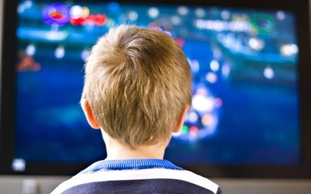Net e tv no quarto provocam ansiedade e alterações de humor a crianças e jovens, revela estudo da UMinho