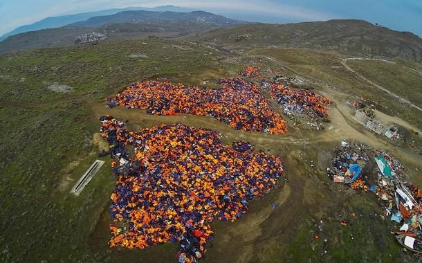 Refugiados: Pilhas de cinco metros de coletes salva-vidas enchem quatro hectares da ilha grega de Lesbos