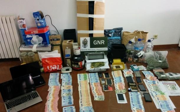 Cinco detidos e mais de 730 doses de droga apreendidas em Guimarães