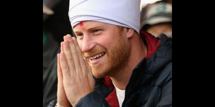 Príncipe Harry visita Nepal e adapta-se à cultura local