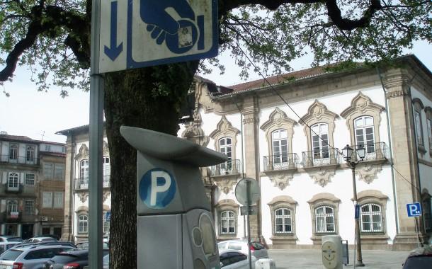 Funcionários de concessionárias de estacionamento sem autoridade para passar multas, avisa a DECO