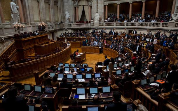 Parlamento aprova barrigas de aluguer e Procriação Medicamente Assistida com ajuda da Passos Coelho