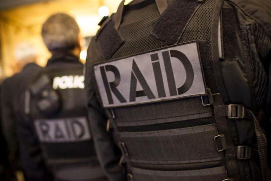 Assassino de polícia em França tinha lista de alvos; autoridades detiveram três pessoas