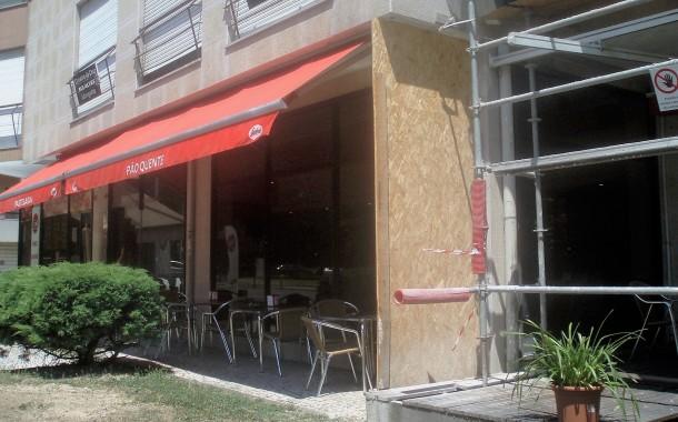 Assaltantes arrombam porta de pastelaria de Braga com carrinha e levam máquina de tabaco