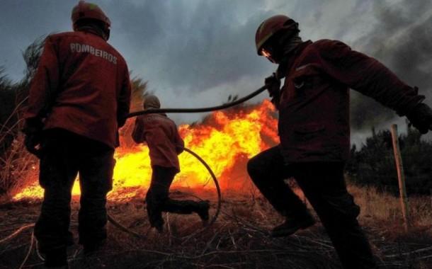 Ministra da Administração Interna quer que incendiários paguem combate aos fogos