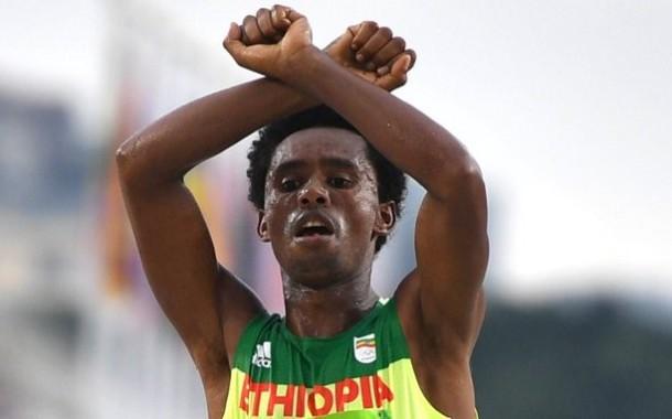 RIO 2016: Governo da Etiópia garante que Feyisa Lilesa é bem-vindo ao país; maratonista denunciou perseguição a opositores