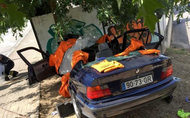 Bombeiro de Vila Verde desencarcerado por colegas dos 'Sapadores' de Braga após despiste