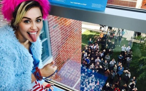 Miley Cyrus faz campanha por Hillary Clinton em Universidade
