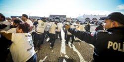Polícia brasileira lança gás lacrimogéneo contra protesto de funcionários públicos do Rio de Janeiro
