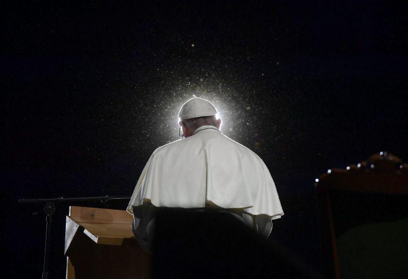 Papa lamenta que resgatar bancos seja mais importante que salvar refugiados