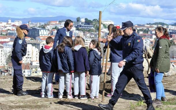PSP de Braga comemorou Dia Mundial da Árvore com plantação de carvalhos no Picoto; alunos do 1.º ciclo foram cúmplices