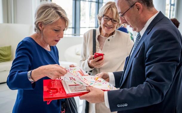 José Manuel Fernandes oferece lenços do amor a membros do PPE bordados na Aliança Artesanal