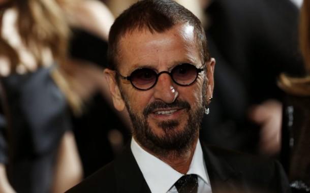 Ex-Beatles Ringo Starr e actor Hugh Laurie condecorados pela rainha Isabel II
