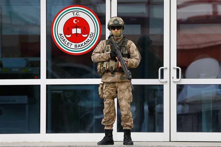 Justiça turca condena seis jornalistas a prisão perpétua
