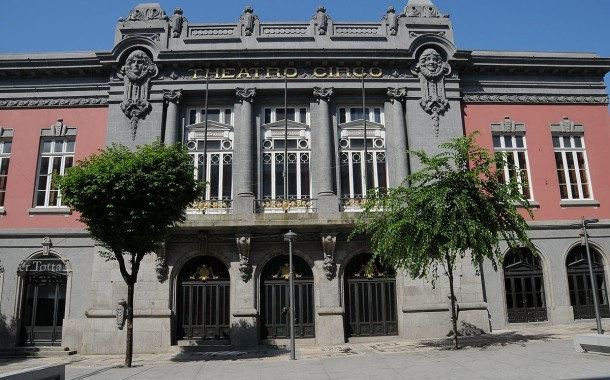 Akabadgyal + Nathy Peluso abrem esta sexta-feira em Braga a Máquina dos Gelados