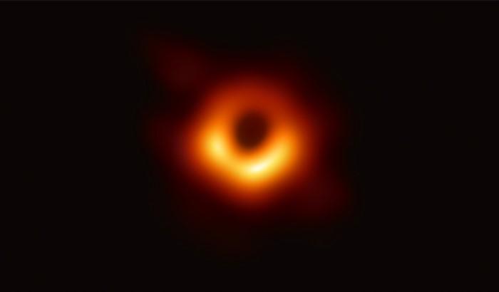 A primeira fotografia de um buraco negro, tal como Einstein sonhou