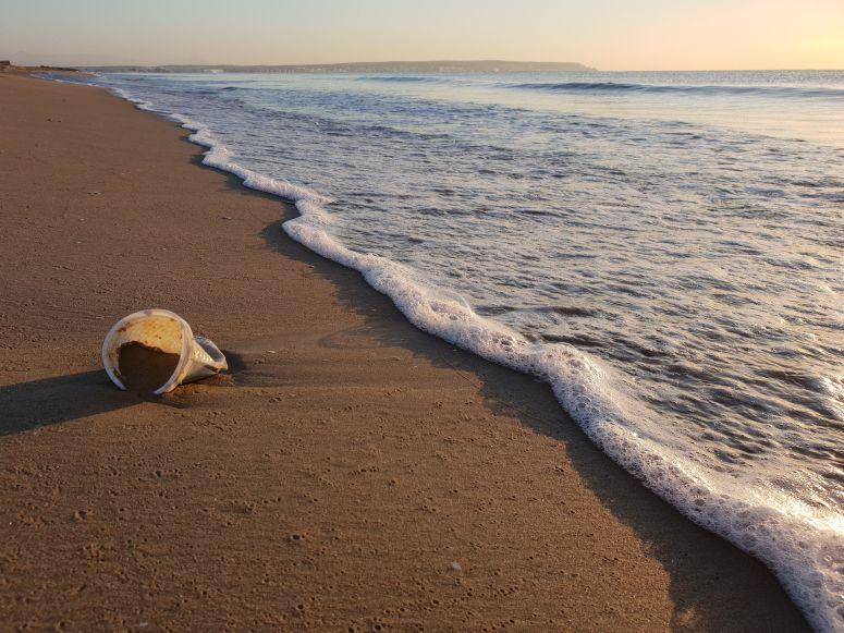 Plásticos correspondem a 72 % do lixo encontrado nas praias portuguesas