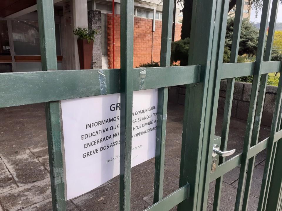 Greve dos funcionários fecha dezenas de escolas no Minho. Professores em greve na próxima semana