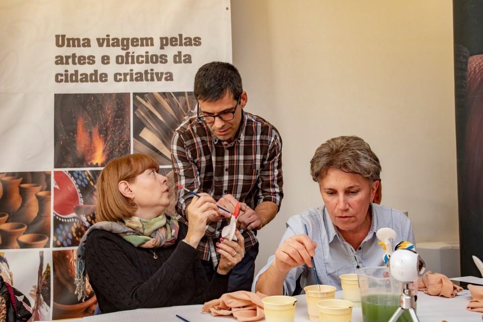 Barcelos ensina turistas russos a pintar galos
