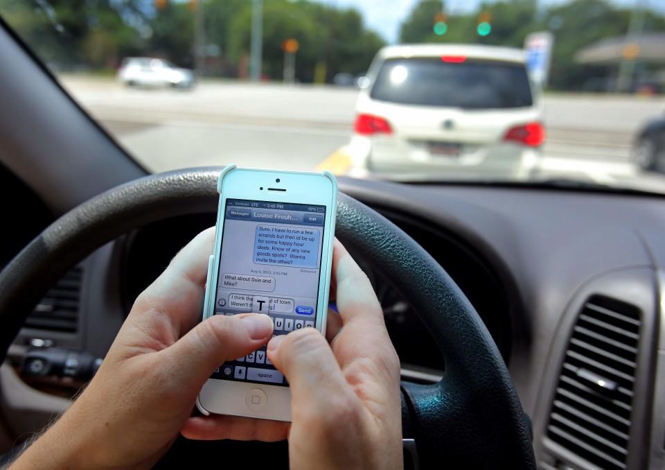 Portugueses campeões a falar ao telemóvel enquanto conduzem