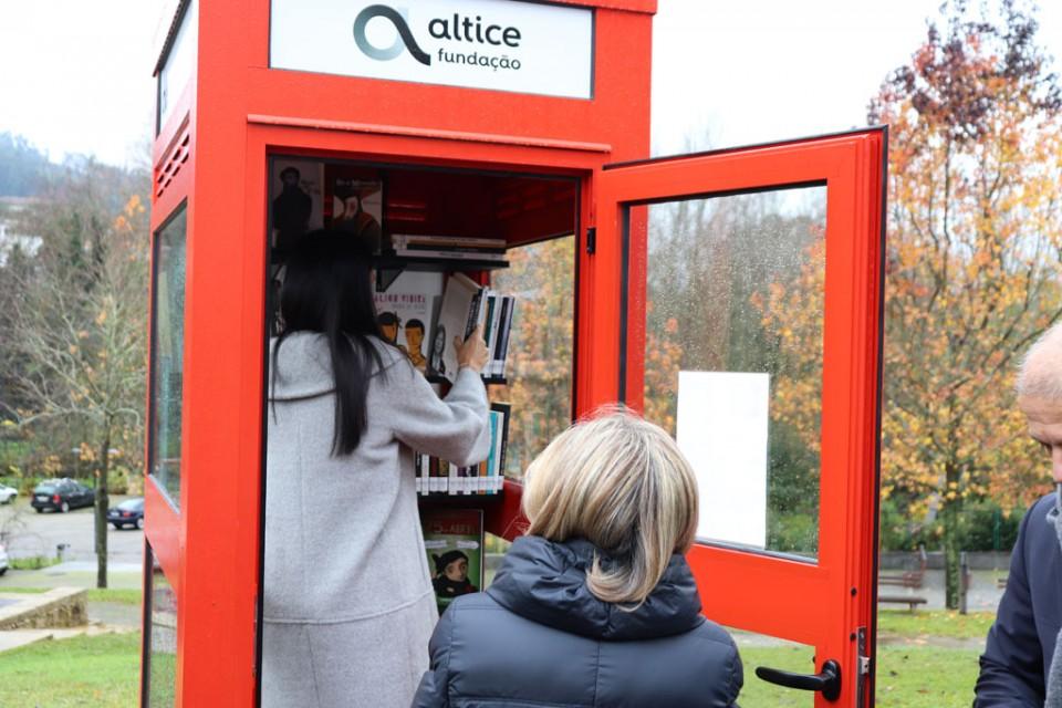 Amares - Cabine telefónica transforma-se em micro-biblioteca em Caldelas