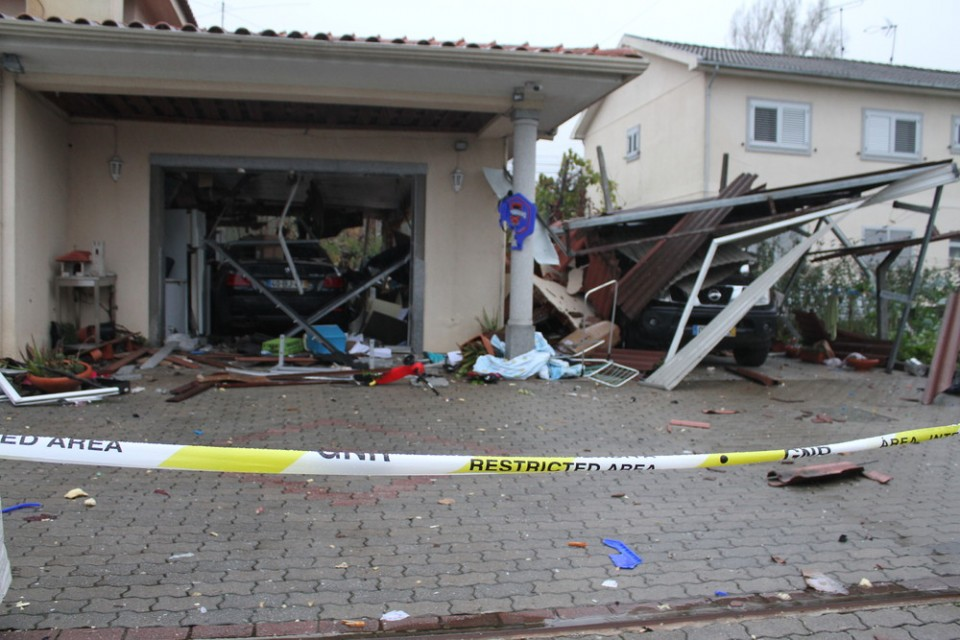Explosão destrói habitação e fere casal em Guimarães
