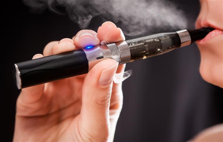 Não há cigarros electrónicos nem tabaco aquecido seguros, alerta a DGS