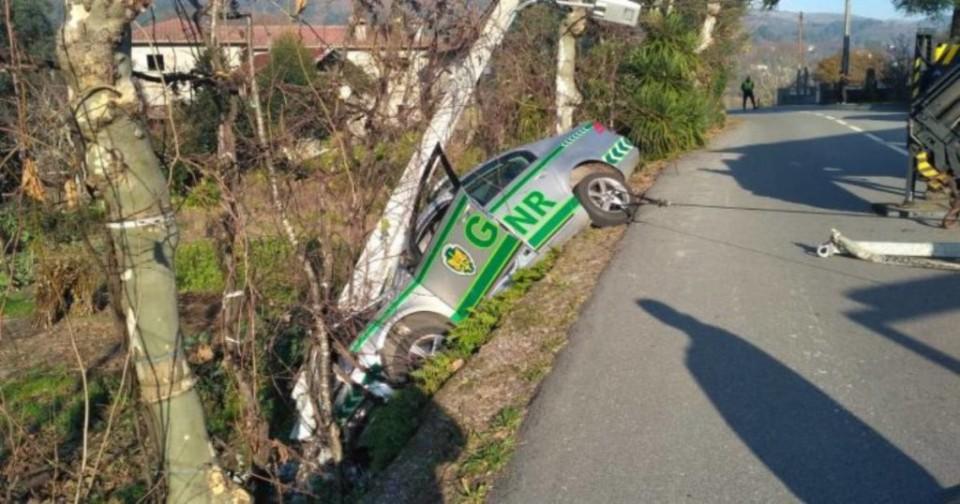 Carro da GNR de Vieira do Minho despista-se e bate num poste