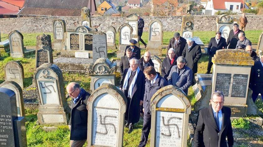 Cemitério judaico vandalizado em França