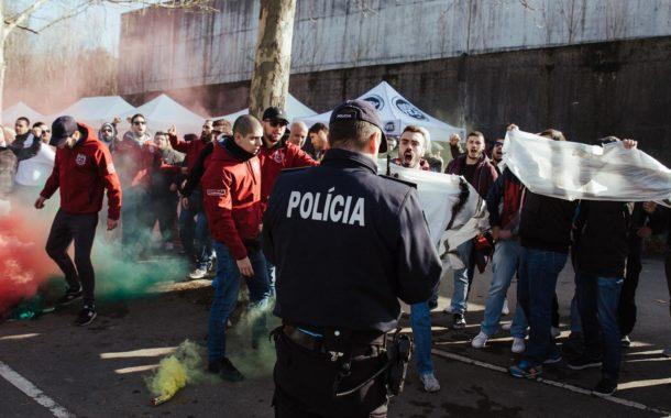 Adeptos de equipas minhotas esquecem rivalidades e protestam em Braga contra horários da Liga