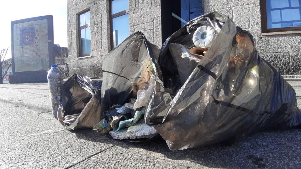 Ambientalista Carlos Dobreira recolhe (mais) 1.000 beatas e 130 litros de lixo em Terras de Bouro (c/vídeos)
