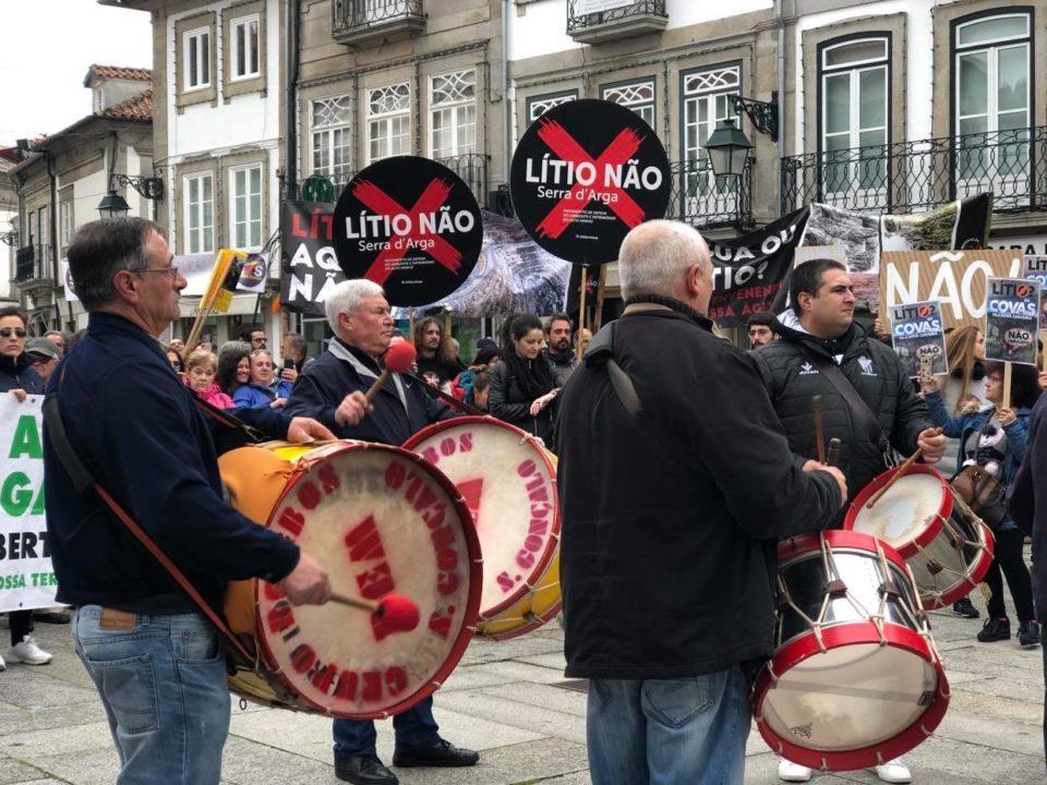 """Centenas marcham contra """"hecatombe"""" da prospecção de lítio em Viana do Castelo"""