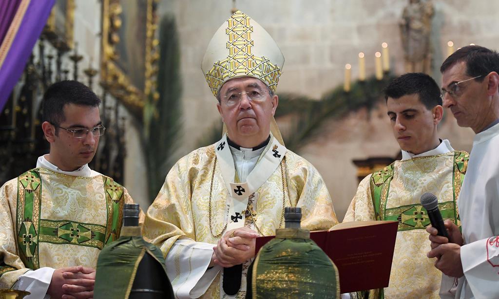 Arcebispo de Braga pede às famílias que ponham velas à janela na Páscoa