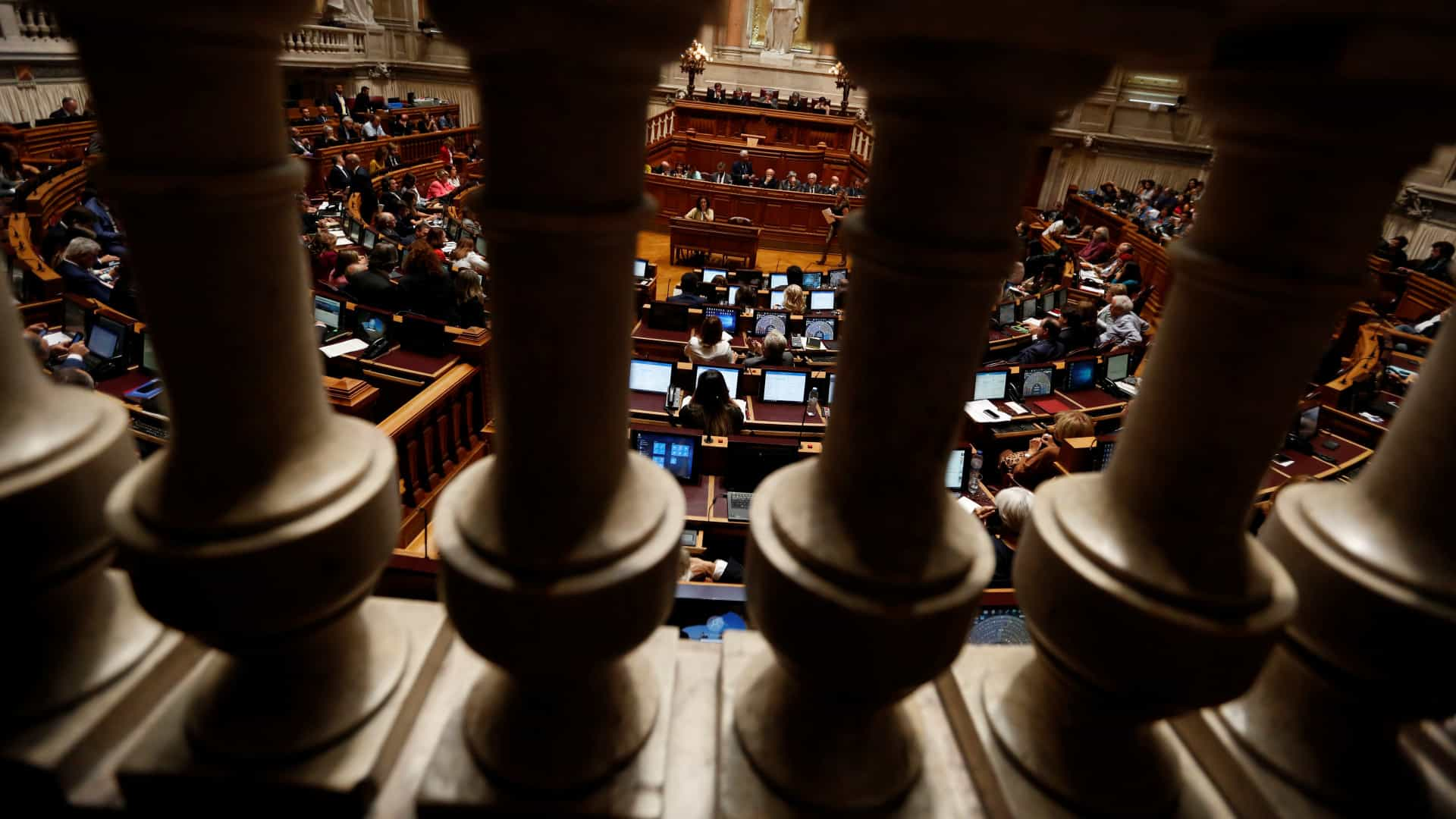 """Parlamento aprova renovação do estado de emergência. Rio aviso banca: lucros avultados serão """"uma vergonha e uma ingratidão"""""""