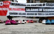 """Três enfermeiros e 100 pares de sapatos """"manifestam-se"""" pela profissão"""