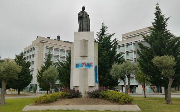 Direita (tenta) apagar pichagens da esquerda da estátua do cónego Melo em Braga