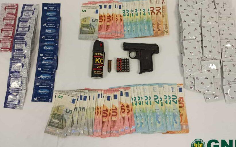 'Visita' da GNR a bar de alterne resulta na apreensão de armas e 120 preservativos em Cabeceiras de Basto