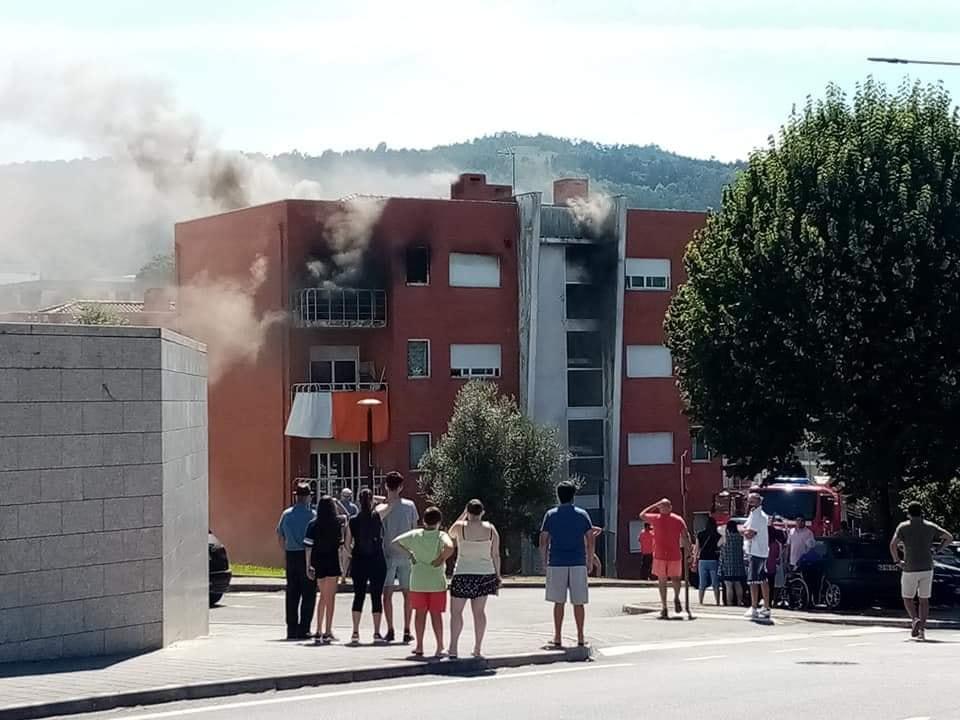 Incêndio em apartamento de bairro social desaloja família em Ponte da Barca (c/vídeo)