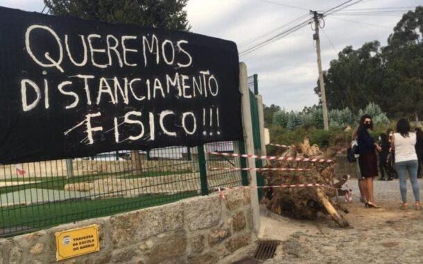 Pais bloqueia entrada de escola primária com troncos em Barcelos