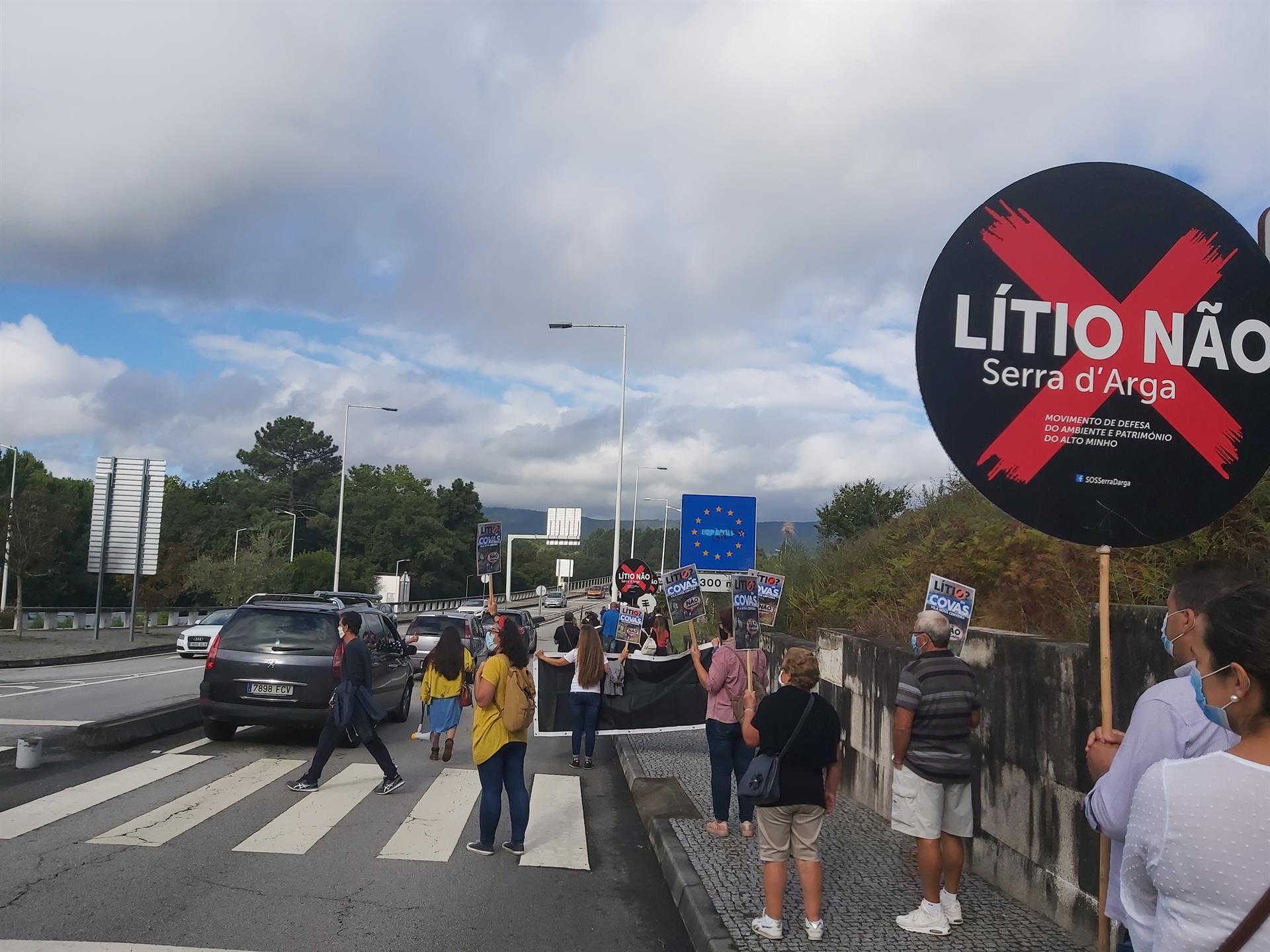 Portugueses e galegos juntam-se a meio da ponte de Cerveira para protestar contra exploração de lítio na Serra d'Arga