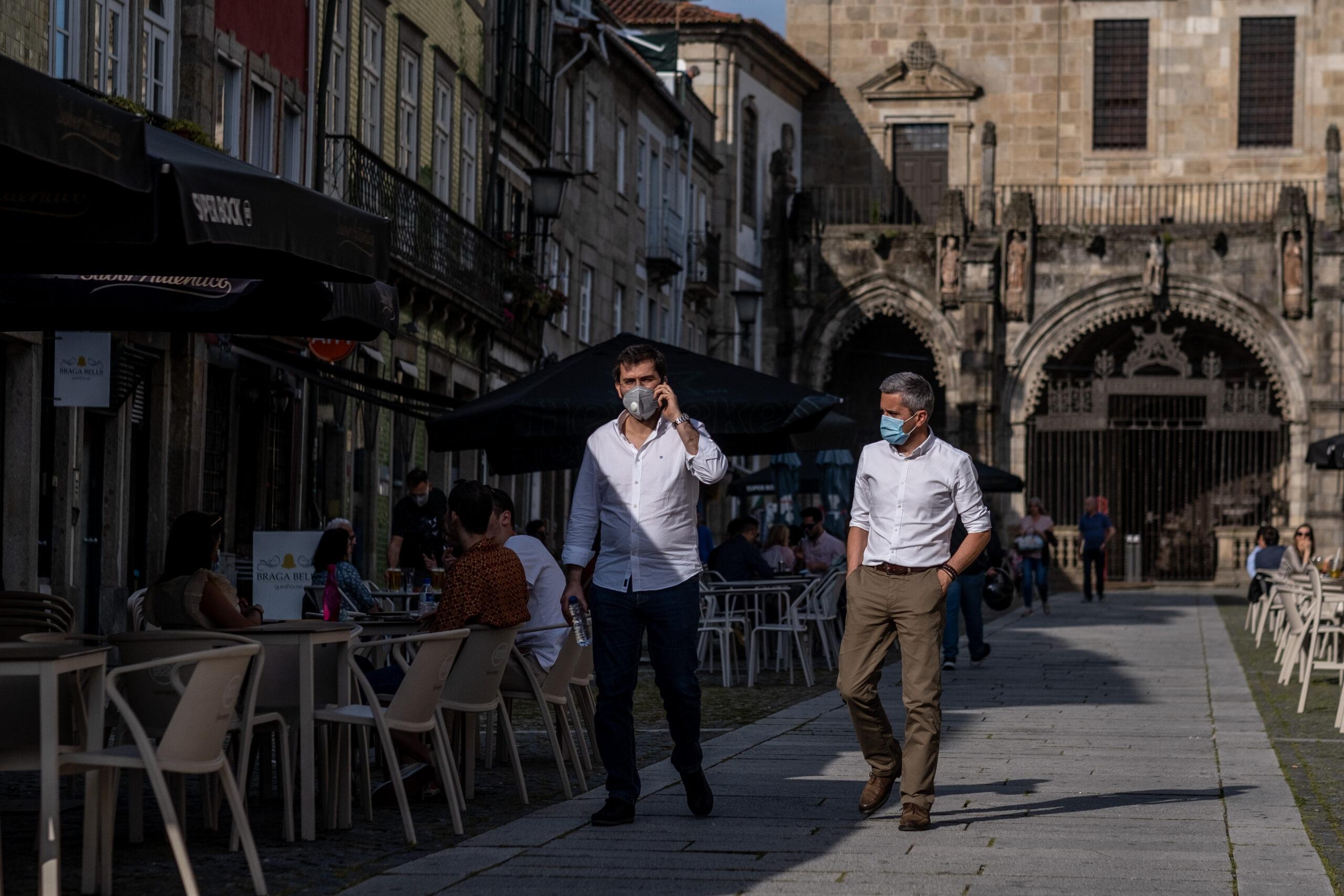 Deputados aprovam uso obrigatório de máscara na rua nos próximos 3 meses