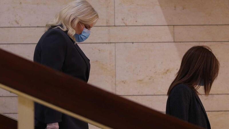 Mulher do primeiro-ministro israelita acusada de violar confinamento para arranjar cabelo