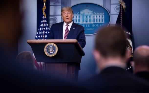 """Trump insistiu na tese de fraude eleitoral e três das principais televisões interromperam a transmissão por ser """"falso"""""""