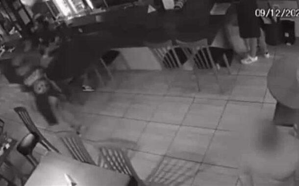Homem é agredido dentro de restaurante no Brasil após tossir (c/vídeo)