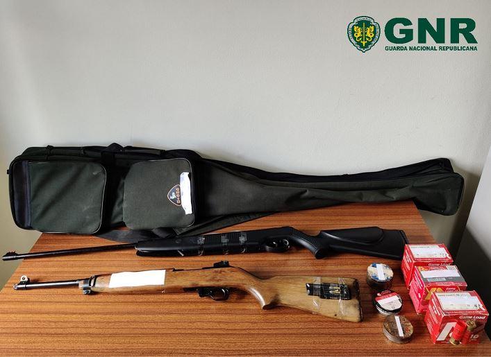 Homem de 50 anos detido por posse ilegal de armas e violência doméstica em Melgaço