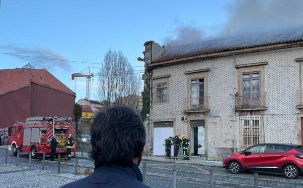 Bombeiros dominam incêndio em prédio ocupado por sem-abrigo em Braga
