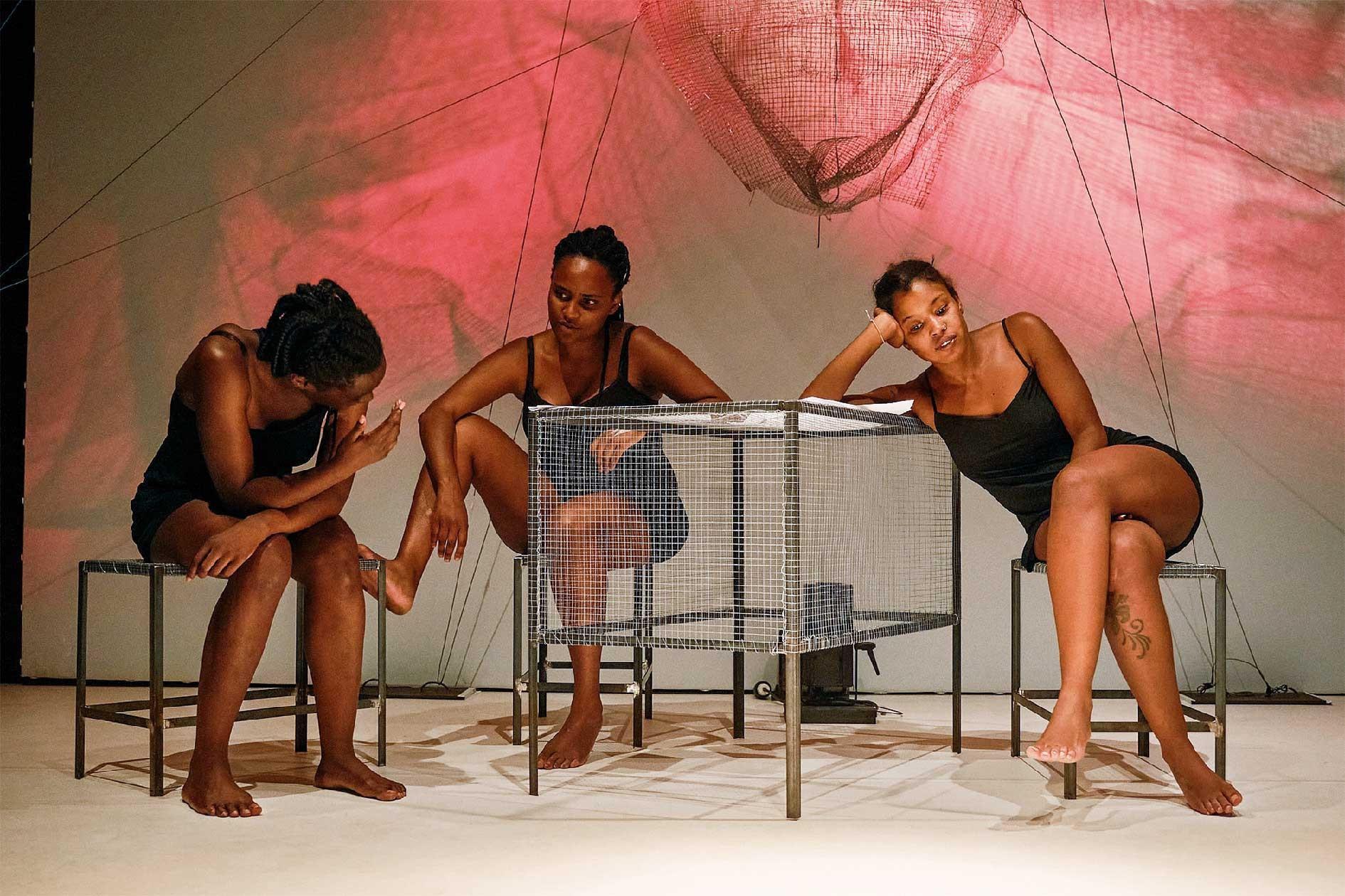 Cleo Tavares, Isabél Zuaa e Nádia Yracema leva à cena em Guimarães a peça 'Aurora Negra' dia 18